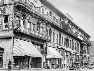 Oregon Historical Society image of the Hop Sing Tong building in 1931 showing balconies and other exterior treatments.